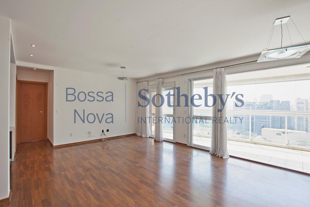 Apartamento com linda vista na Vila Olímpia, perto do shopping JK.