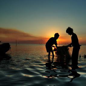 Mukat di Air Saga by Rawi Wie - Babies & Children Children Candids ( fish, sunset, children, beach )