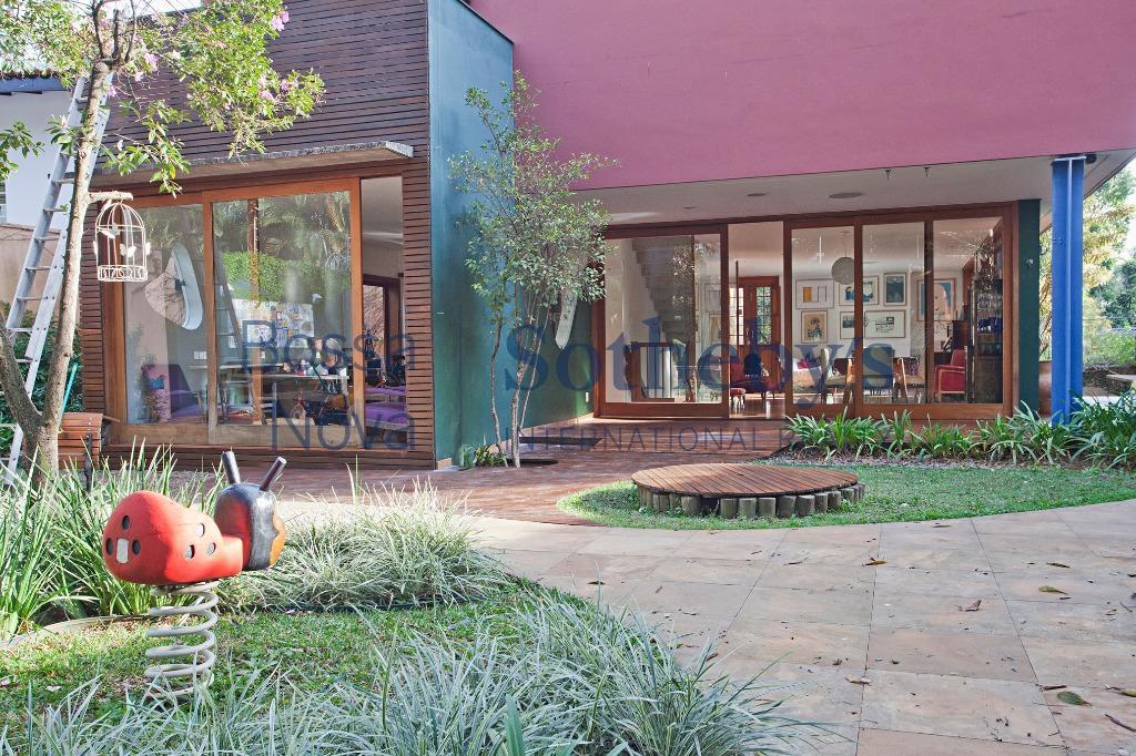 Linda casa com projeto sustentável e playground dos sonhos no Alto de Pinheiros.