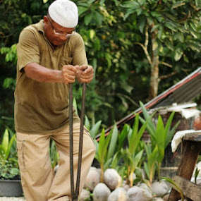 Preparing the coconut by Mohd Rashidin Ideres - People Street & Candids