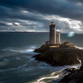 minou by Ronan Salou - Landscapes Waterscapes ( nuages, bord de mer, paysage, océan, lumière, mer, bretagne, phare, ciel )