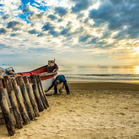 Camboriú beach at morning by Rqserra Henrique - Landscapes Beaches ( brazil, rqserra, beach, fisherman, boat, morning )