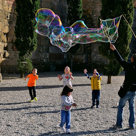 Catch it if you can... by LoRe ARG Mirando Vidrieras Virtuales - City,  Street & Park  Street Scenes ( playing, bubbles, children, barcelona, guys, spain, street photography,  )