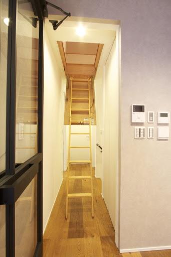 2階:屋根裏につながる梯子は出し入れ収納可