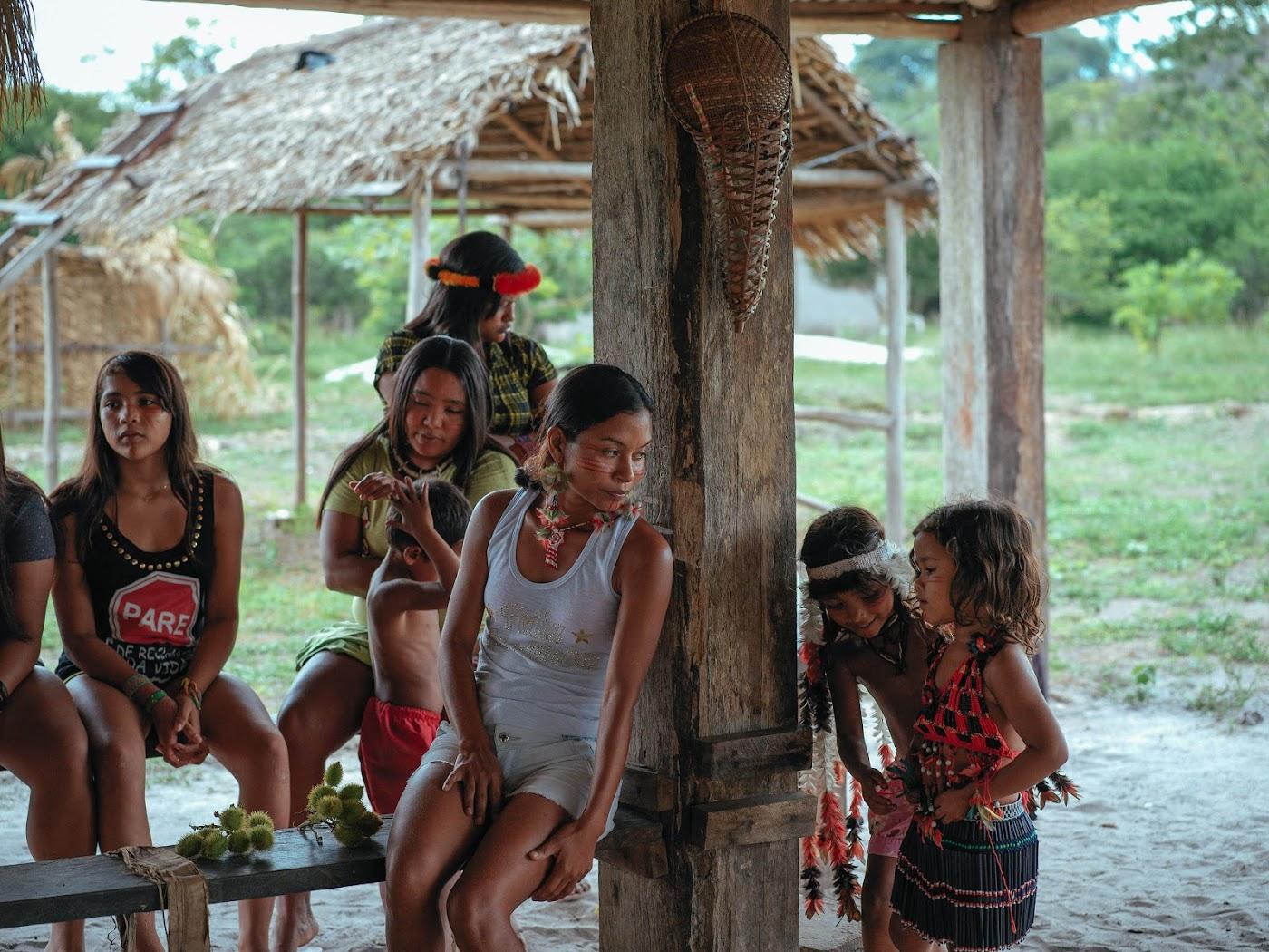Junge Mitglieder der Tembé feiern ihre Kultur mit Gesichtsbemalung und Kopfschmuck.