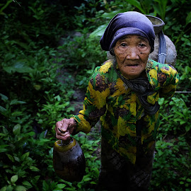 mbah ngadiyem by Indra Prihantoro - People Street & Candids ( people candid, people )