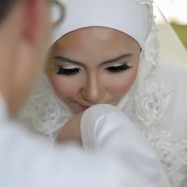 Malay wedding custom by Iz Fotografi Art Works - Wedding Reception ( malaysian, malay wedding, brife & groom, wedding, photographer, malay culture, malay, malaysia, ipoh, malaysian wedding, perak, people )