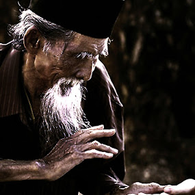 magic man by Yoeyoed . - People Portraits of Men ( old man, kotu )
