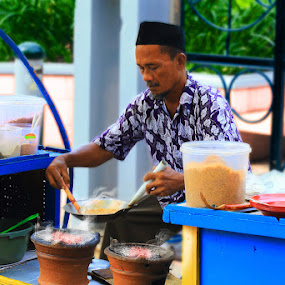 Kerak Telor Traditional Food by Basuki Mangkusudharma - People Street & Candids ( food, jakarta, traditional, kerak telor )