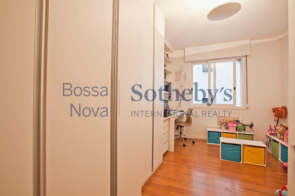 Apartamento reformado, ao lado dos Clubes Hebraica e Pinheiros.
