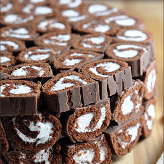 No-Bake Cookies and Cream Swiss Roll Cake