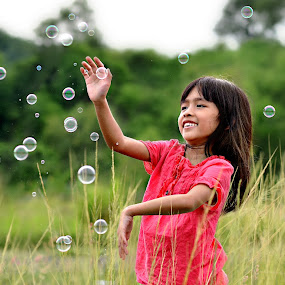 Catching the bubbles by Hussin Mohd Nor - Babies & Children Child Portraits ( bubbles, children )