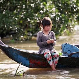 Cambodian girl by Jurij Duschko - People Street & Candids ( girl, boat, cambodia, river )