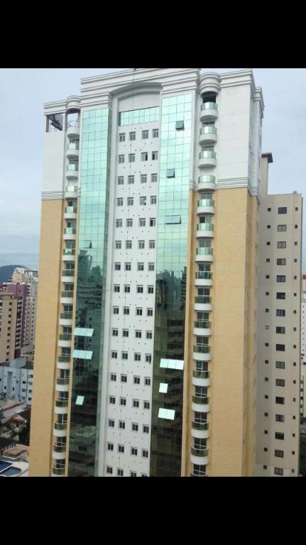 Apto Semi mobiliado no Centro de Balneário Camboriú com 3 Suites e Área de lazer Completa para locação anual.