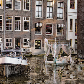 mind the bed art implacement amserdam by Stephen Hooton - Transportation Boats ( amsterdam, places )