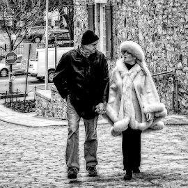 holding hands by Lennie Locken - People Couples