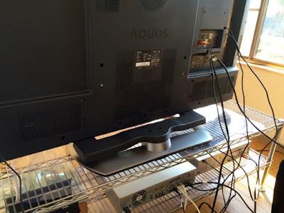 液晶テレビの配線をつないでいる