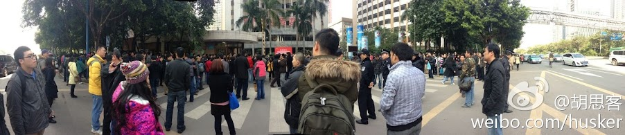 Photo of protesters outside the Southern Weekly office by Husker on Sina Weibo