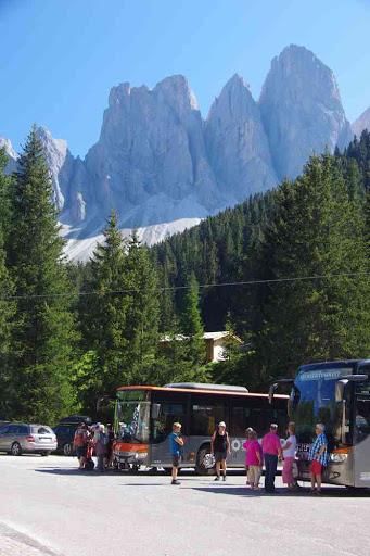 Val de Funes (parking de Zannes). Vue sur le Geislergruppe.