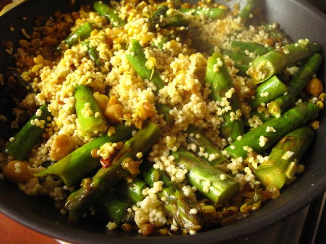 Szparagi z kiełkami z patelni i  kaszą jaglaną