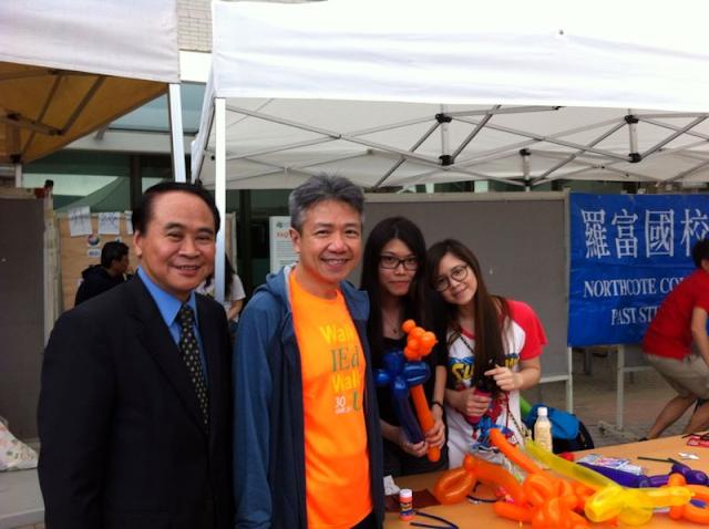 胡健雄副會長(左一)與教院張仁良院長(左二)及訪客在本會攤位前合照