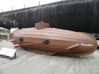 """Госпорт. Музей Подводных Лодок. Макет подлодки """"The Drebbel"""" (впереди). Подлодка """"Alliance"""" 1947 года (сзади)."""