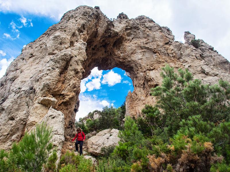 La Roca Foradada, un gran arc natural de roca a la Serra de Cardó