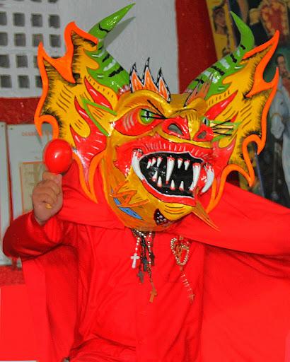 Diablo de Yare tocando maracas en el día de Corpus Christi en San Francisco de Yare, Municipio Bolivar, Miranda Venezuela