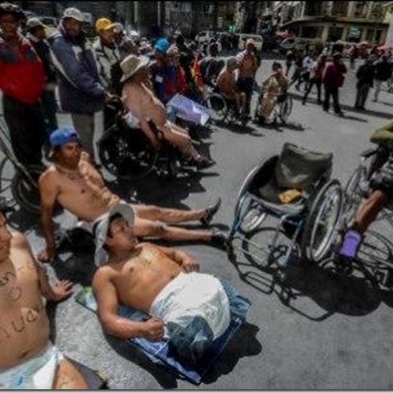 Discapacitados protestan en pañales por el bono