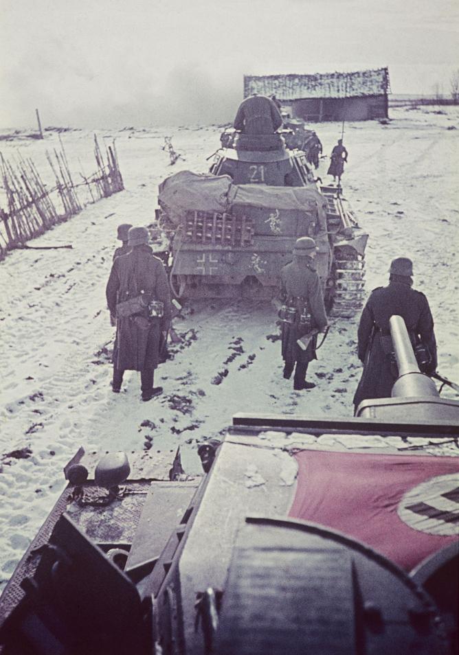 1941. Танки Pz.III и пехотинцы 11-й танковой дивизии вермахта под Волоколамском