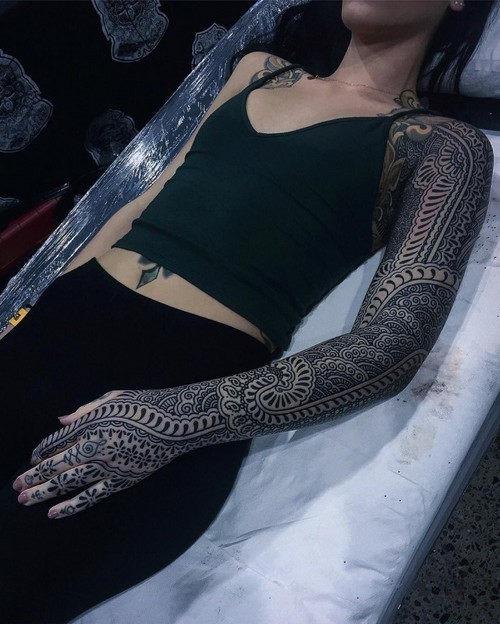 esta_intrincada_luva_cheia_de_tatuagem_2