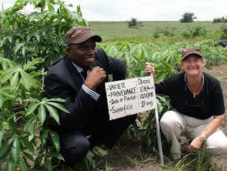 ( De gauche à droite) le ministre provincial de l'agriculture de Kinshasa, Noël Botakile et la directrice de l'USAID en RDC, Diana Putman, lors du lancement du projet FPPM au plateau de Bateke. Ph. Ambassade des USA à Kinshasa. 20/03/2012