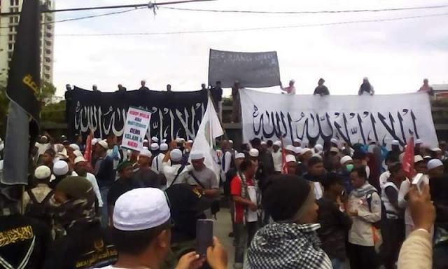 Ribuan umat islam menggelar aksi tolak kriminalisasi ulama di bandung