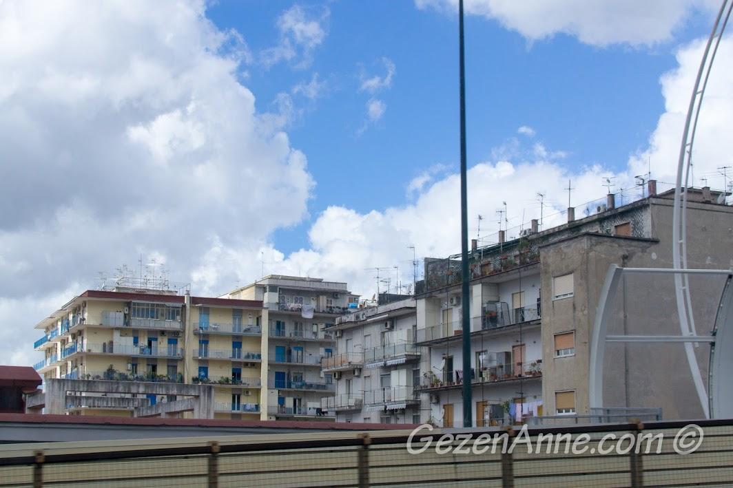 Otobandan Napoli apartmanlarının görüntüsü