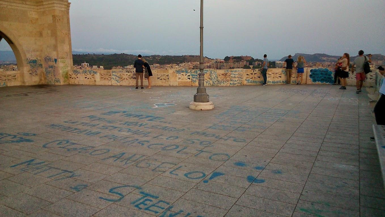 Плозадь исписана графитти
