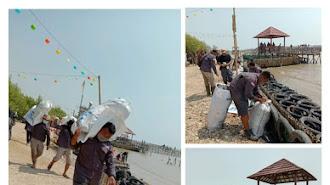 Relawan Sapu Jagat Bersih-Bersih Sampah di Pantai Pasirputih Cilamaya Kulon