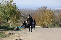 Uprchlíci kráčí od autobusů k srbsko-chorvatské hranici. (Foto: Petr Štefan, ČvT)