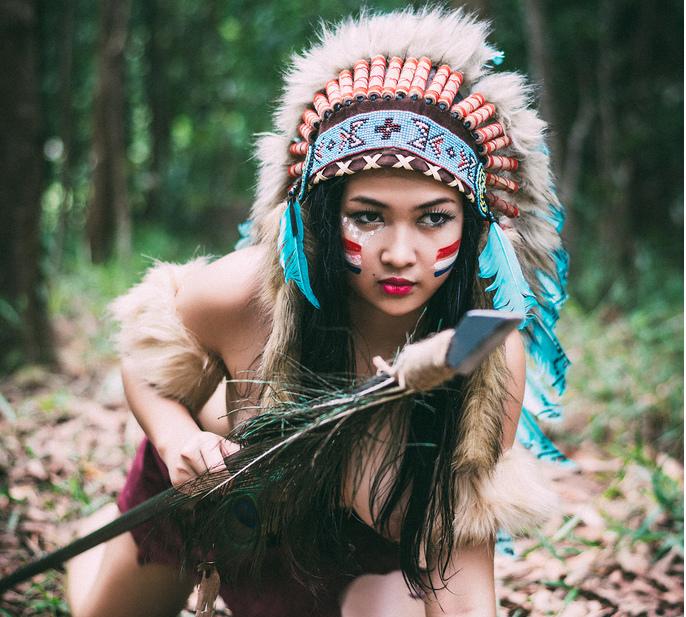 Ảnh cô gái thổ dân đi săn thú rừng