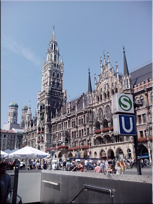 Marienplatz, la plaza principal de München (Munich). Salida (S+U-Bahn)