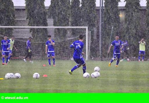 Hình 1:   Cầu thủ Việt cởi trần khoe body chuẩn