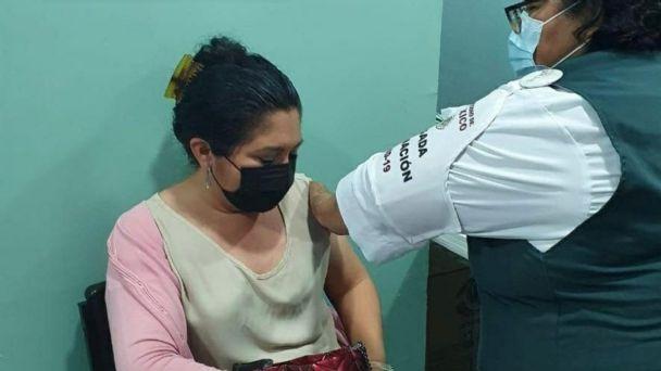 Ella es Mireya Chan Ehuán, la primera maestra vacunada contra Covid-19