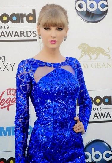 Kieu toc duoi ngua phoi buoc cao cung mau son moi hong giup Taylor Swift tre hon vai tuoi du co nang van khong roi duoc kieu mat meo sac sao
