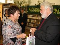 17 Könyvcsomag a seregszemle legsikeresebb diákjait felvonultató inzétménynek, a Balassi Bálint Gimnáziumnak.jpg