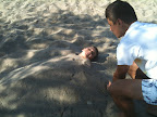 Θάβοντας το Ρωμανό στην άμμο