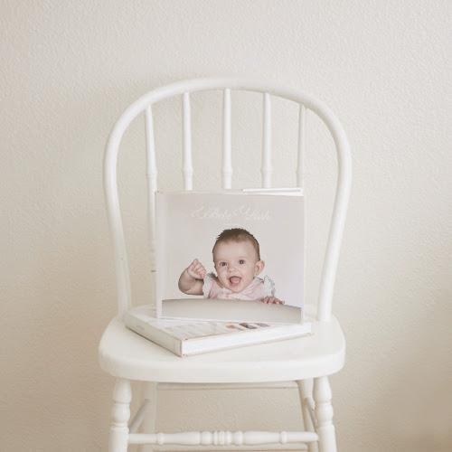 Album de fotos para bebés expuesto en una silla.