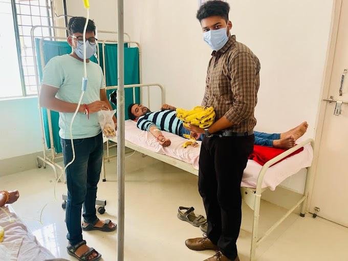 युवाओं ने किया चिकित्सा अधिकारी का सम्मान एवं मरीजों को बांटे सैनिटाइजर एवं फल