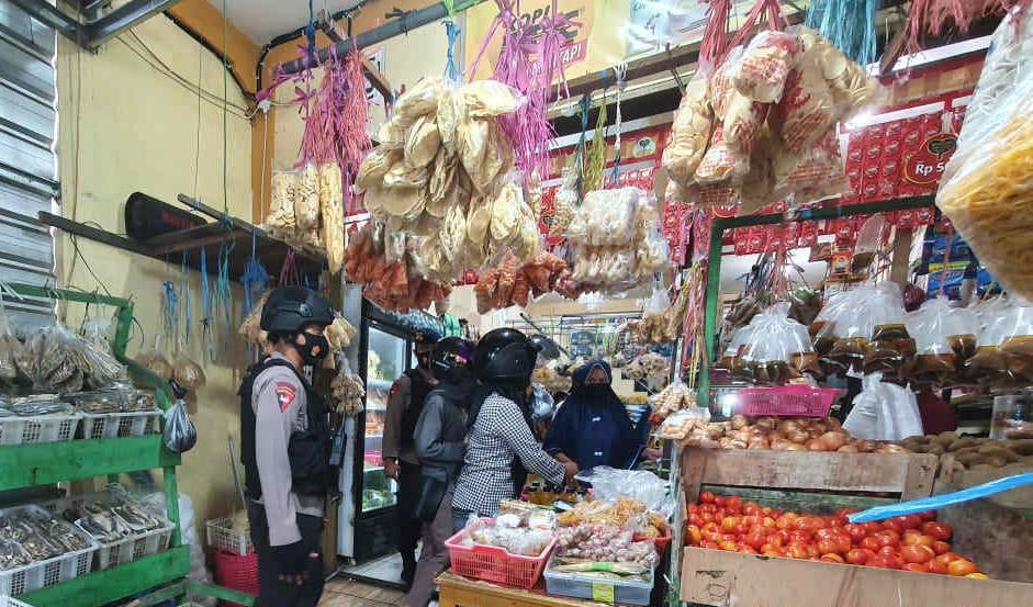 Brimob Polda Kaktim Himbau Pedagang dan Pembeli Tetap Gunakan Masker Saat Berjualan