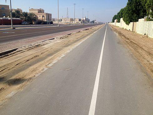 Fahrradweg in Khalifa City auf dem Weg vom Airport Abu Dhabi und Masdar City Richtung Innenstadt