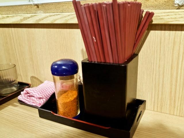テーブル上の調味料とお箸
