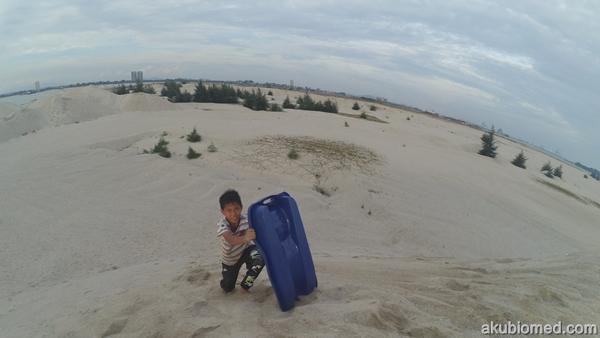 dengan gigih abang Ngah mendaki dune bukit pasir untuk main sandboarding
